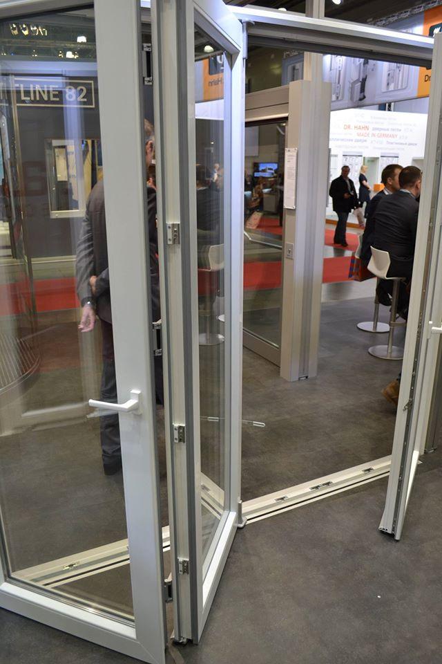 Складывающаяся дверь гармошка с низким порогом