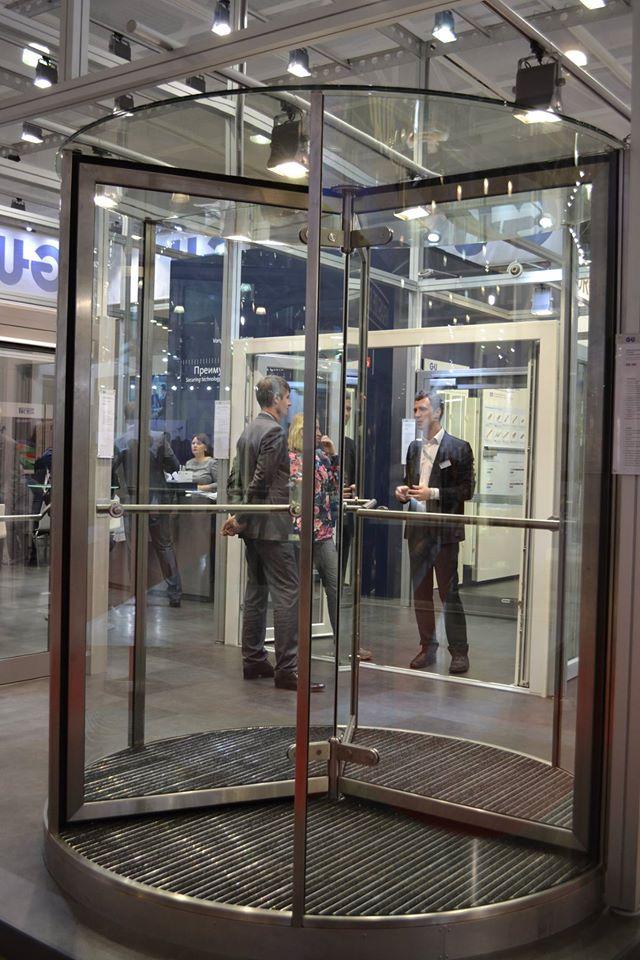 Цельно-стеклянная ручная карусельная дверь